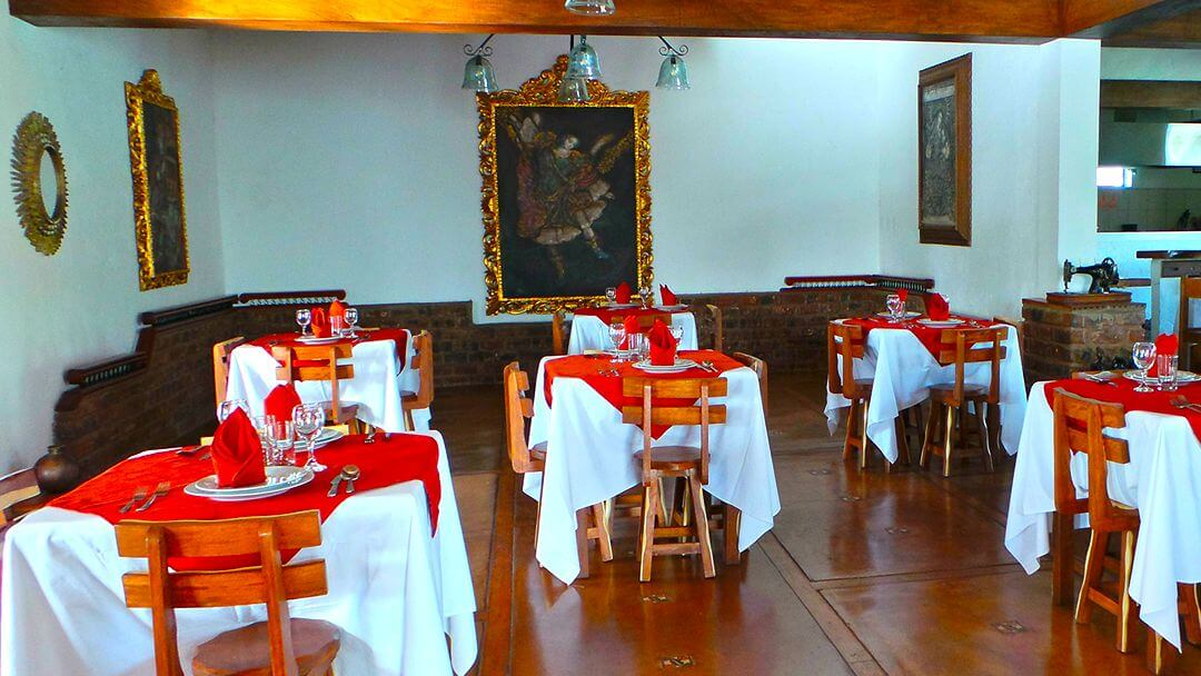 Mesas del restaurante con decoración colonial original