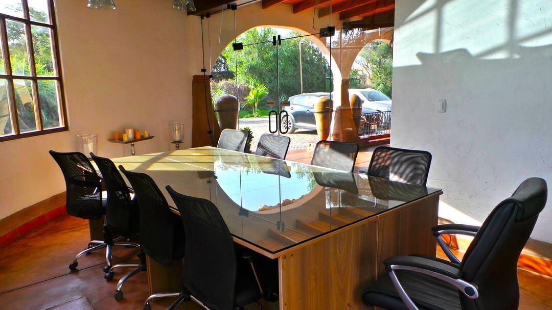 Amplia, silenciosa y segura sala de reuniones.