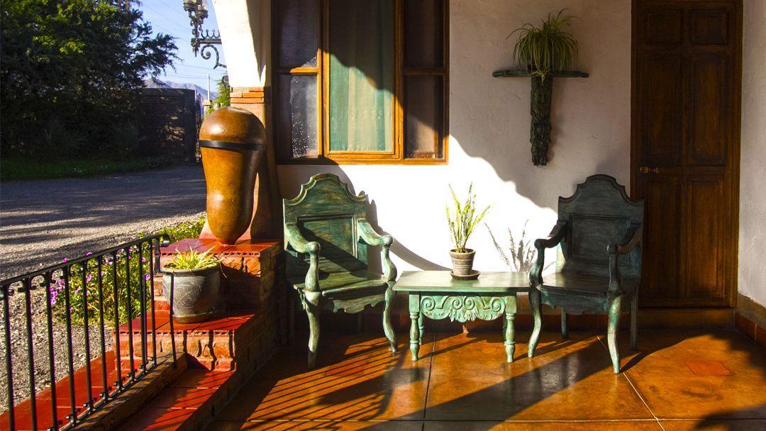 Sala de descanso con mobiliario colonial a las afueras de una habitación.