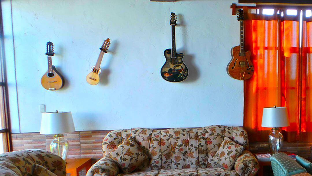 Guitarras y charangos que adornan nuestra principal Sala de Star.