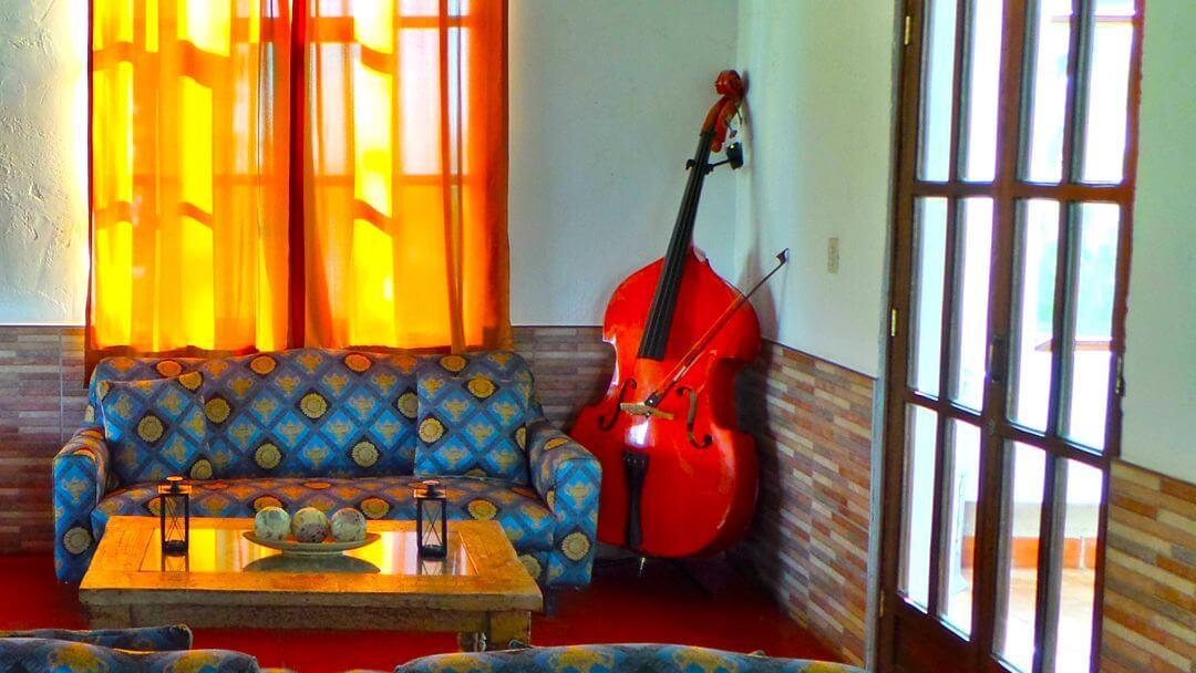Instrumento musical antiguo como parte de nuestra acogedora decoración.