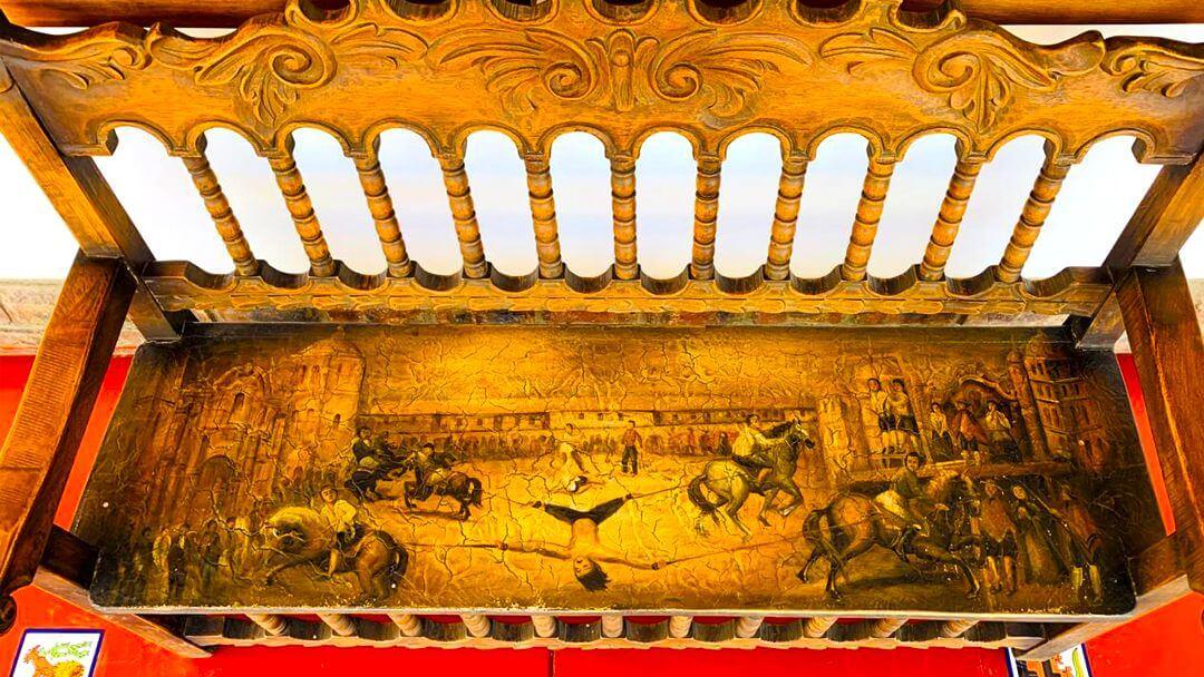 Bancas de la época colonial usadas en ambientes religiosos y de descanso.