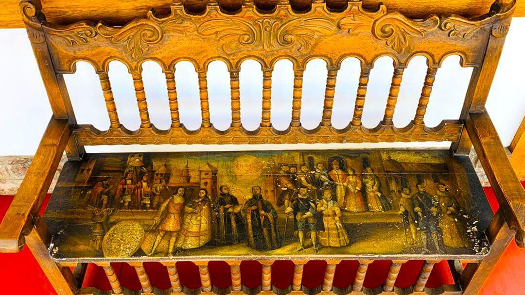 Colección de escaños tallados y barnizados de la época colonial