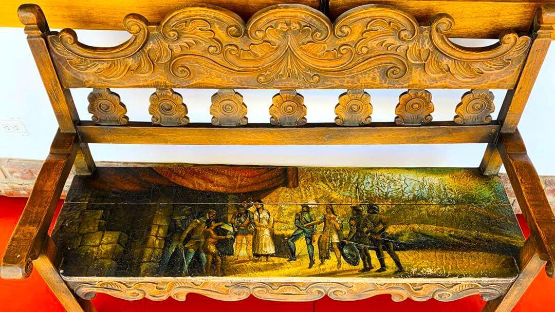 Mobiliario colonial tallado y barnizado en excelente estado de conservación