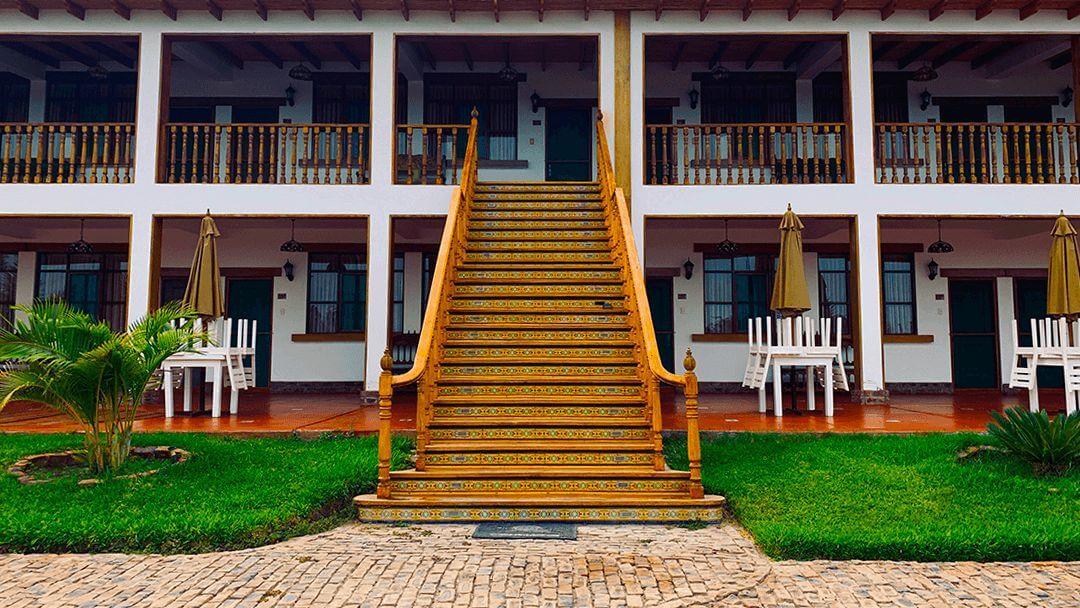 Entrada al área de habitaciones en el hotel Casa Hacienda Nasca Oasis.