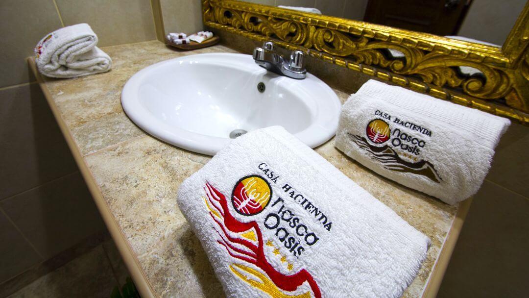 Baños pulcros, con implementos de limpieza para nuestros visitantes.