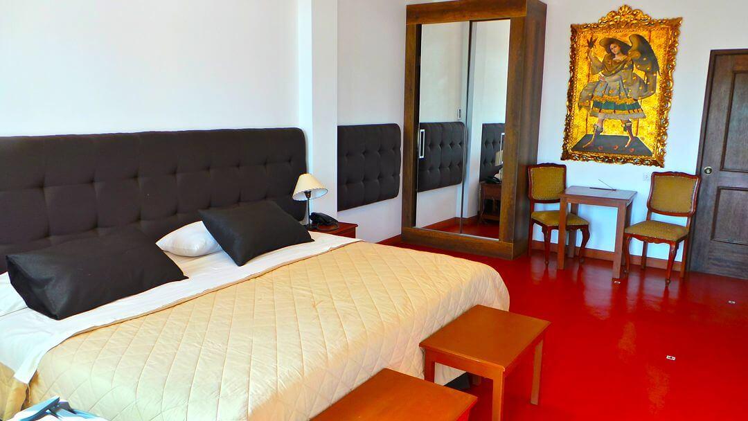 Confortable cama de habitación matrimonial en Casa Hacienda Nasca Oasis