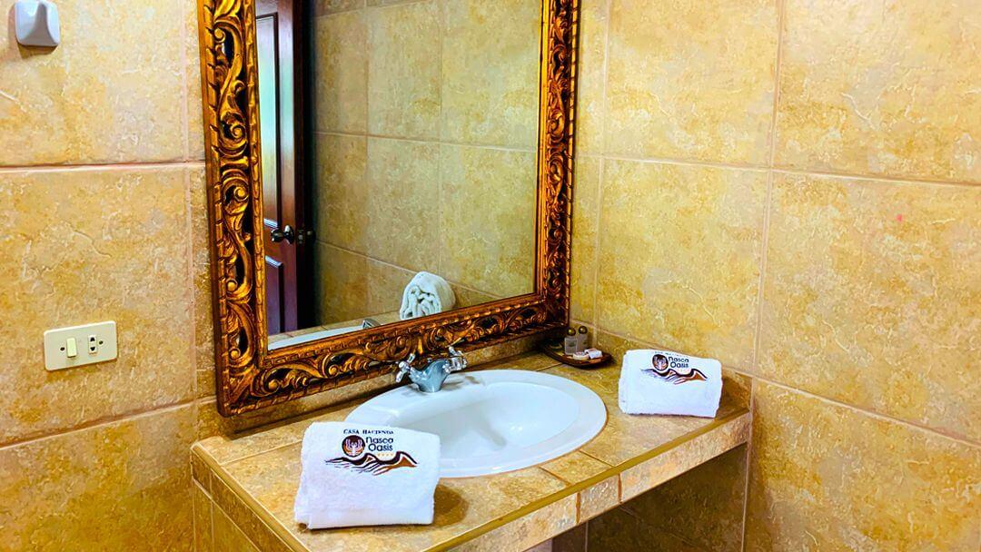 Impecable baño de habitación matrimonial en Casa Hacienda Nasca Oasis