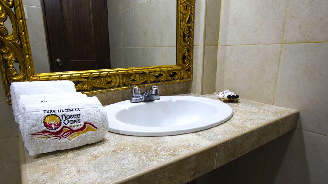 Elegante baño de habitación en Casa Hacienda Nasca Oasis.