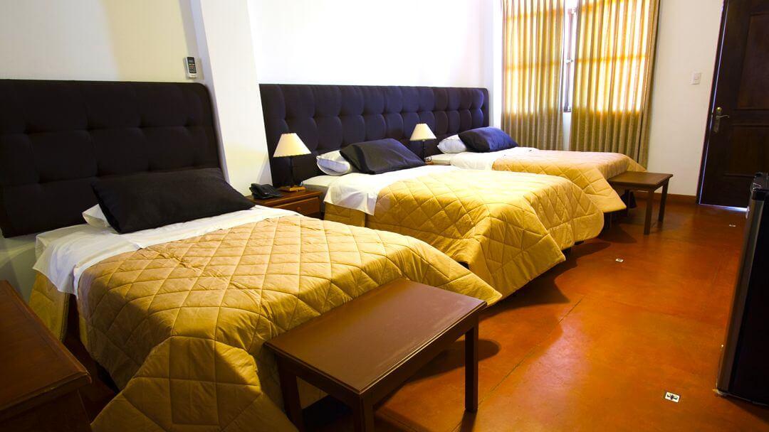 Camas de habitación triple en Casa Hacienda Nasca Oasis