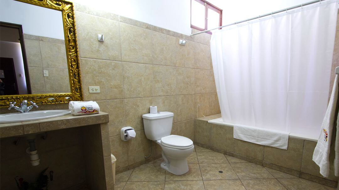 Baños amplios y limpios de nuestras habitaciones triples.