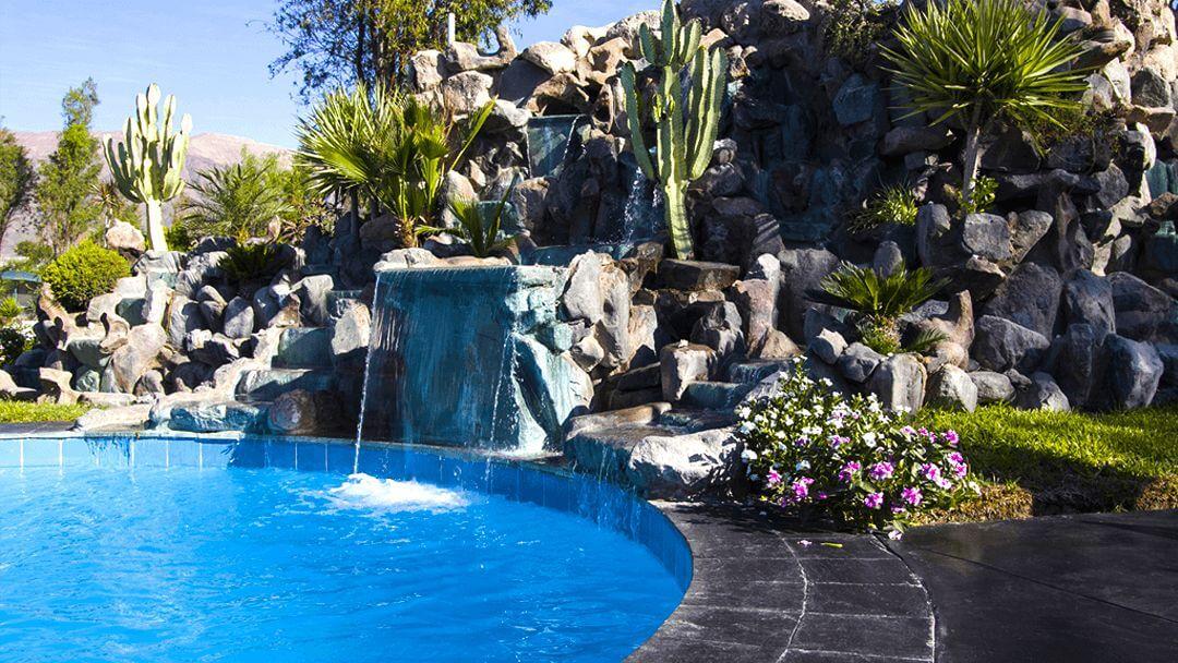 El memorable sonido de la cascada mientras reposas en las aguas cálidas de la piscina